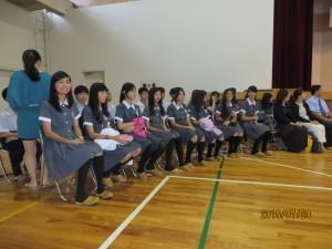 夏期前期補習の初日に歓迎式を催しました。14名の女子生徒と7名の男子生徒。引率の2名の先生に加えて父母の会会長と副会長。校長夫人に管理職。そして校長先生を迎えました。