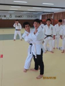 道明生は愛光の柔道部員から技の説明を受け、実際にやってみました。一本!