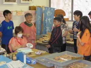道明には4000人近くの生徒が通っています。芸術系・スポーツ系・学問をする生徒など幅広い人材育成をする学校です。卒業生の中には台湾で活躍する歌手や、大学の先生、またアメリカの大学に通う生徒など、多数います。