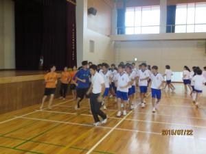 道明の生徒と高ⅠE組の生徒で体育の授業をしました。先頭を走るのは西村健大先生です。