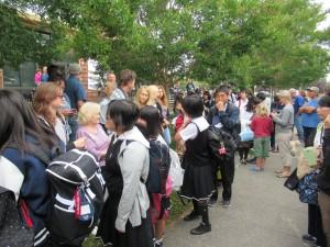 列をなして一人一人、Teacher Guideの方々、そしてLauraさんとお別れをしました。