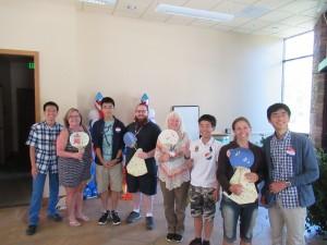 先生方に代表生徒がお土産をお渡ししました。