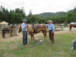 今日は待ちに待った乗馬体験です。Ranch責任者のAndrewさん(左)とCowboyのDavidさん(右)からLectureが最初にありました。