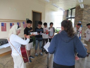 Alice先生のレッスンです。Alice先生がギターを弾き,映画「Sound of Music」にあった曲など,アメリカの歌を歌いました。