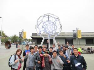 一番最初に訪れたのはExploratoriumです。天気はあまり良くなくてもみんな元気です。