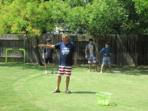 Let's play baseball!チームに分かれて戦います。ピッチャーはこの家のご主人・Stuartさんです。