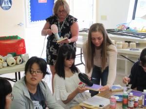 先生やアシスタントの方(ホストファミリーの学生)に手伝ってもらいながら作っています。