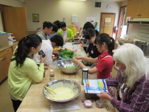 日本にいてもあまり料理をしたことのない生徒も多くいたようです。包丁・ピーラーなど、上手に使えたでしょうか。